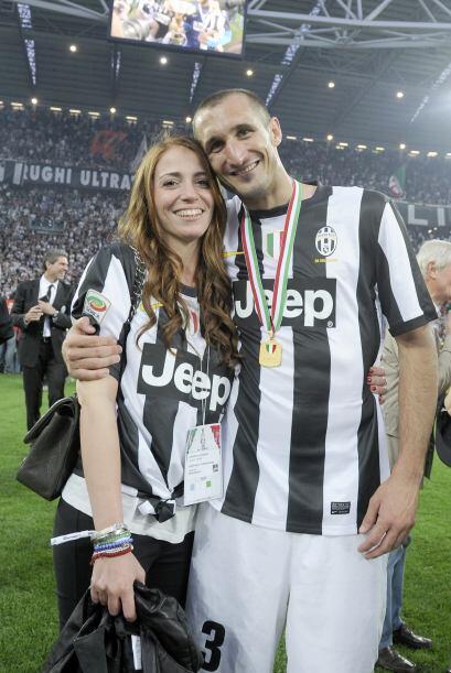 Muy amoroso Giorgio Chellini con su novia.