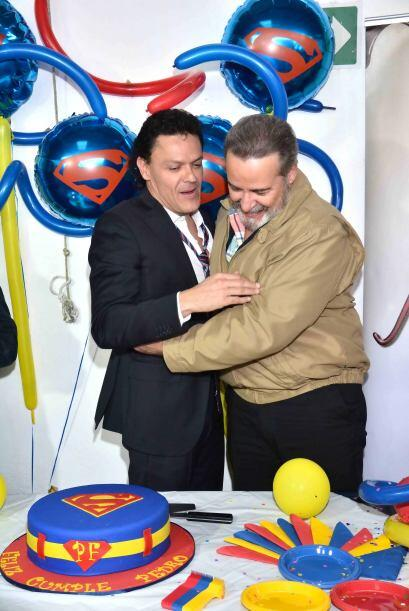 Pedro Fernández celebró sus 45 años con un pastel y globos de su héroe S...