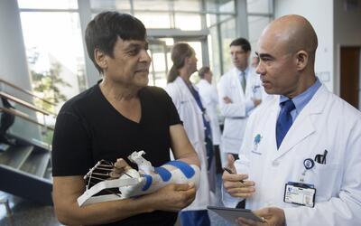 Un mexicano es el receptor del primer trasplante de mano en Carolina del...