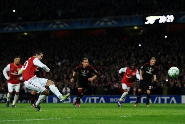 Antes de concluir el primer tiempo el árbitro marcó penal...