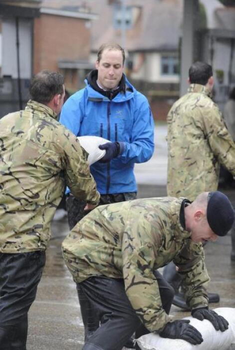 El duque de Cambridge ayudando a sus compañeros de las fuerzas armadas b...