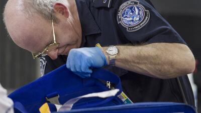 Los agentes se han especializado en la revisión de equipaje de mano