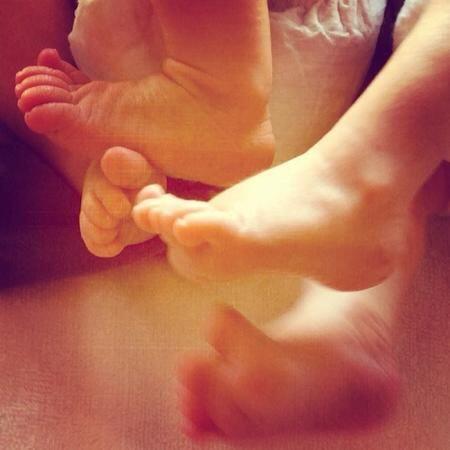 Esta es la foto de los piecitos de sus gemelos, que compartió Els...