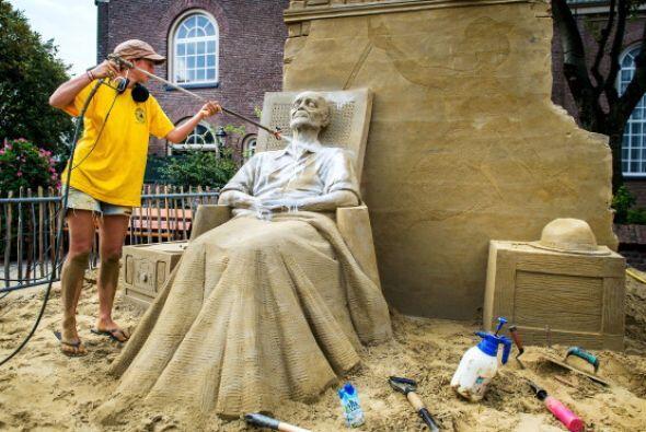 La artista británica Nicola Madera trabaja en su escultura de are...