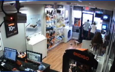 Ladrones se quedan atrapados en una tienda de celulares
