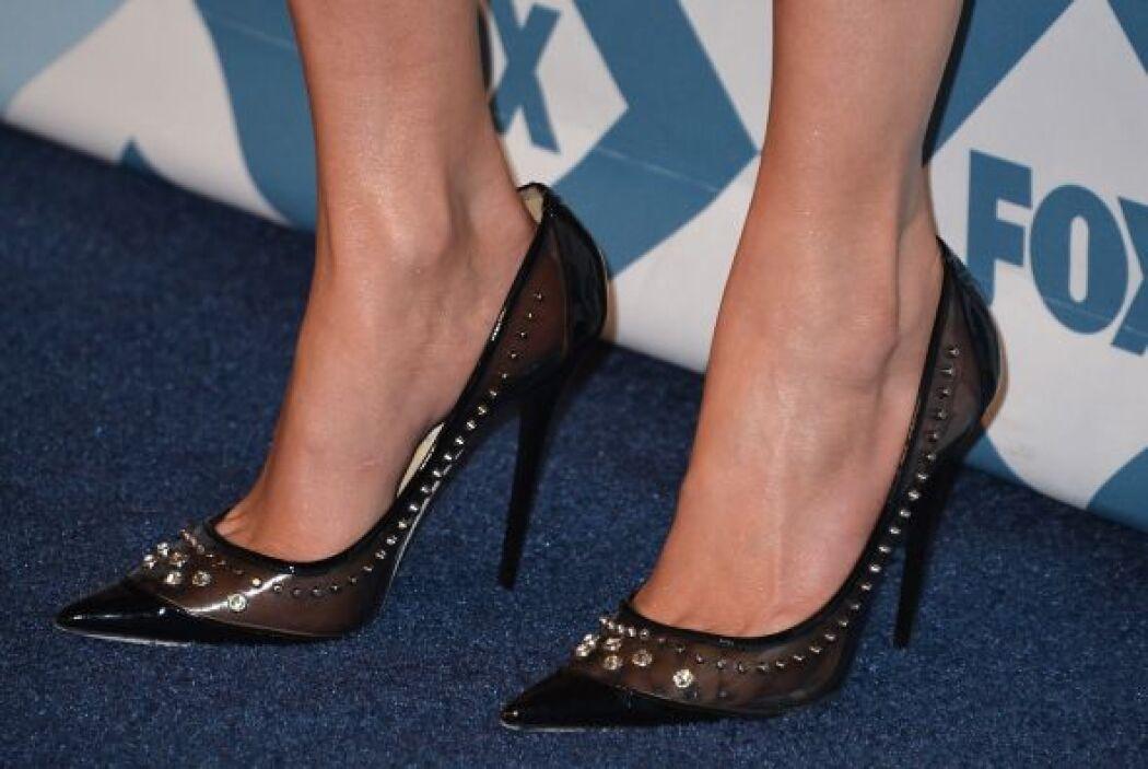 Detalle de sus zapatos.  Mira aquí los videos más chismosos.