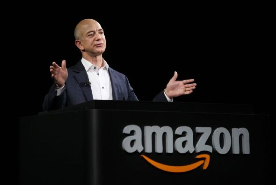 El fundador de Amazon, Jeff Preston Bezos se colocó en tercer lugar, con...