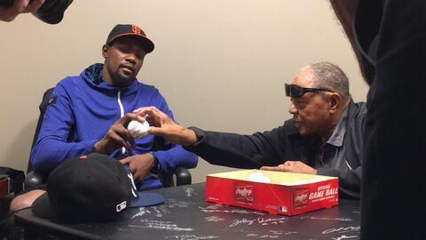 Kevin Durant recibe consejos de Willie Mays para su primer lanzamiento e...