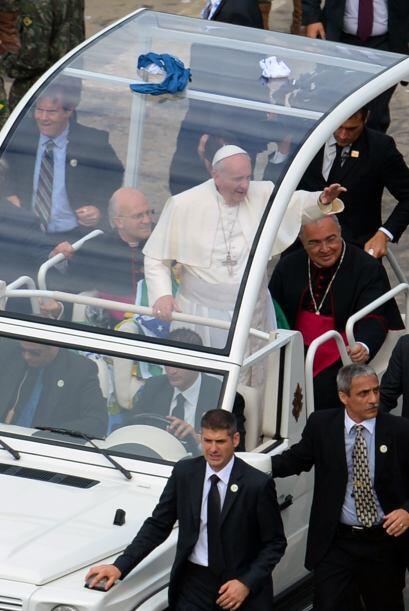 El pontífice llegó a Copacabana en el papamóvil, en...