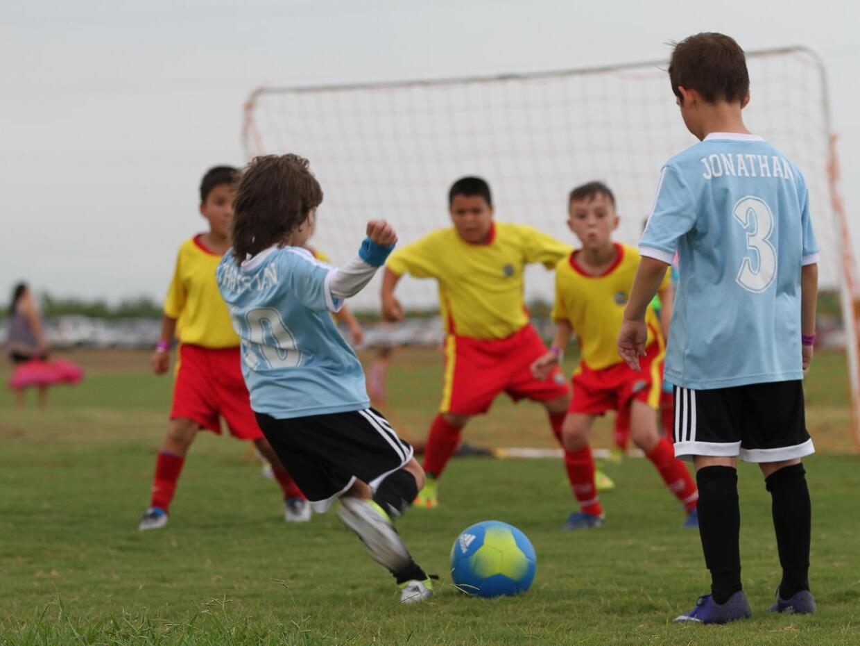 Decenas de equipos de soccer locales de todas las edades se enfrentaron...