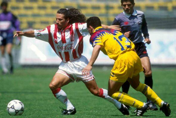 Sergio Zarate brilló como jugador del Necaxa con quienes levantó el trof...