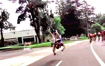 Este ciclista voló por los aires cuando un drone le cayó en la rueda tra...