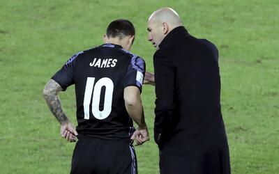 El técnico Zinedine Zidane habla con el futbolista colombiano Jam...