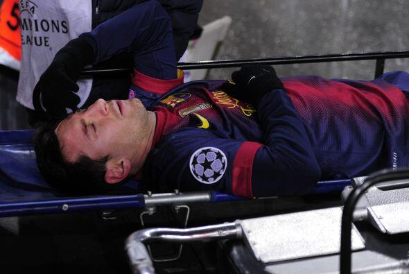 Los servicios médicos tuvieron que entrar al campo para retirar al jugador.