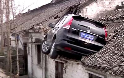 En Video: Auto vuela y aterriza en techo de una casa en China