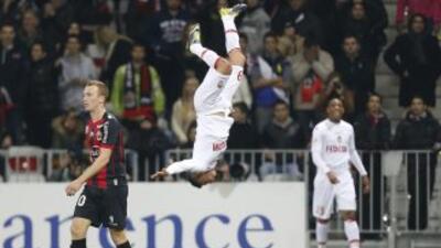 Acrobático festejo de Riviere luego de marcar uno de los goles en la vic...