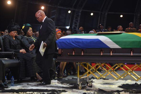 Antes de ser enterrado este domingo, Nelson Mandela recibió un último ho...