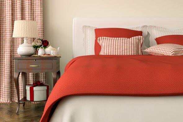 Llévalo a tu cama. La ropa de cama en color rojo añade cal...