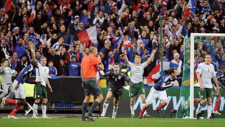 Irlanda protesta mientras Francia celebra el gol ilegal para ir al Mundial.