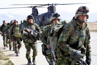 Estados Unidos tiene actualmente 66 mil militares, lejos de los cien mil...
