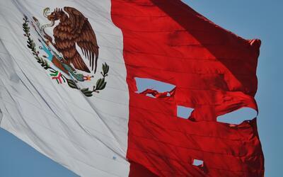 En video: la bandera de México ondea rota en su día