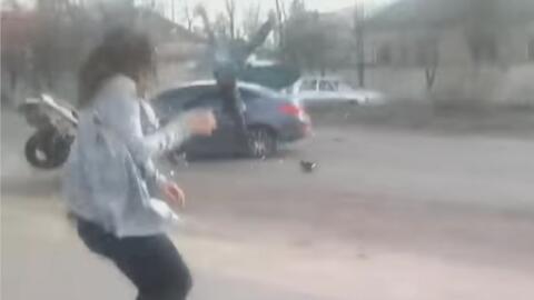 """El """"twerking"""" de esta joven en plena calle que provocó un accidente de t..."""