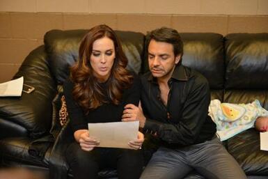 Jacqueline Bracamontes y Eugenio Derbez se pusieron a ensayar para la gr...