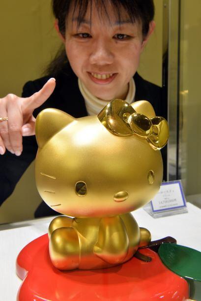 'Hello Kitty es una chica alegre y feliz con corazón de oro. vive en Lon...