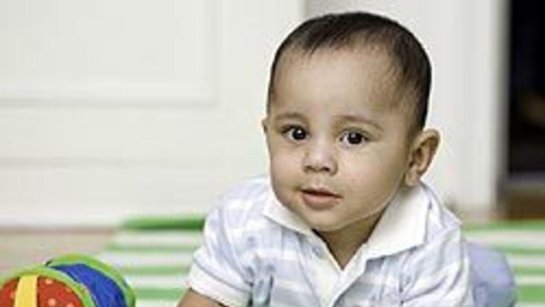 A los nueve meses, los bebés comienzan a gatear, como Lucas.