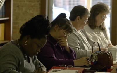 Mujeres estudian para el GED en un programa para adultos