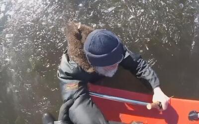 En video: Rescatan a un pescador en Estonia en la mitad de un lago conge...