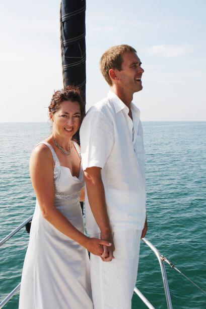 El novio puede explorar otras propuestas además del negro, un traje de l...