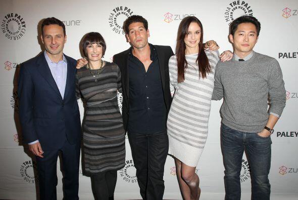Con Gale Anne Hurd, la productora del show, y sus compañeros de elenco,...
