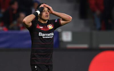 Javier Hernández sigue peleando con el gol.