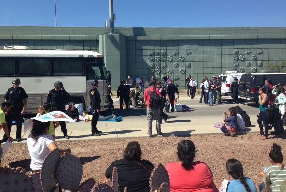Los organizadores planean llegar hasta la sede de ICE en Phoenix para ha...