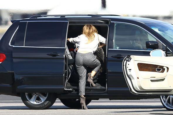 Antes de abordar un jet privado en California, la cantante se despidió d...