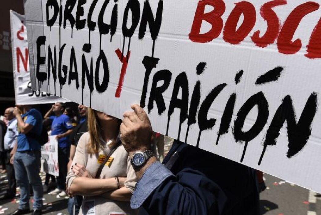 También protestaron en contra de las medidas de austeridad que ha puesto...
