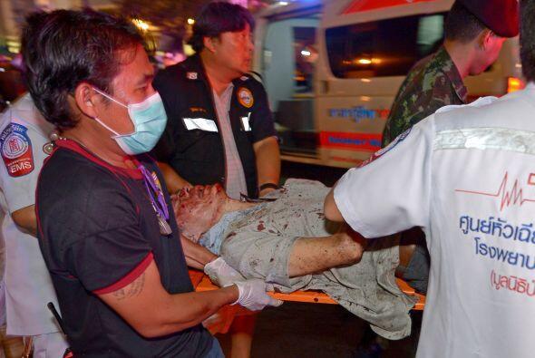 Equipos de rescate transportan a un herido tras la explosión.