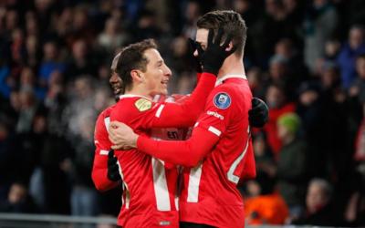 Andrés Guardado celebra un gol del PSV con un compañero