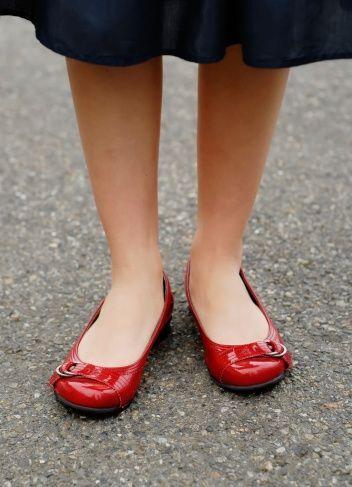 Al no proporcionar soporte para el arco, el usuario de este calzado pued...