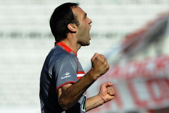 El defensor Leandro Desábato madrugó al conjunto riverplatense al marcar...