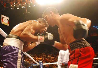 Con un estilo poco ortodoxo Cayo dominó la pelea y golpeó más aunque no...
