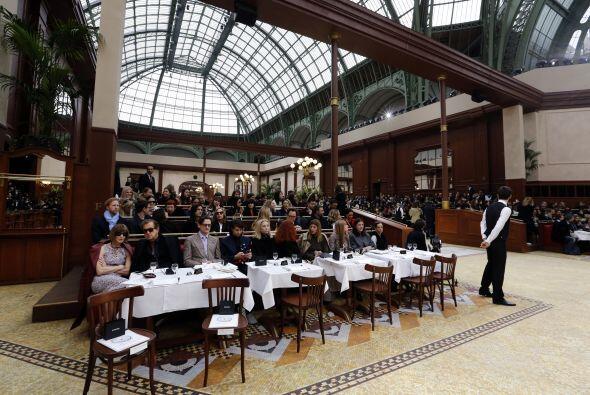 Todos los asistentes se sentaron en mesas y fueron recibidos por meseros...