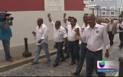 Unionados se encadenan frente a la Fortaleza para llamar la atención del...