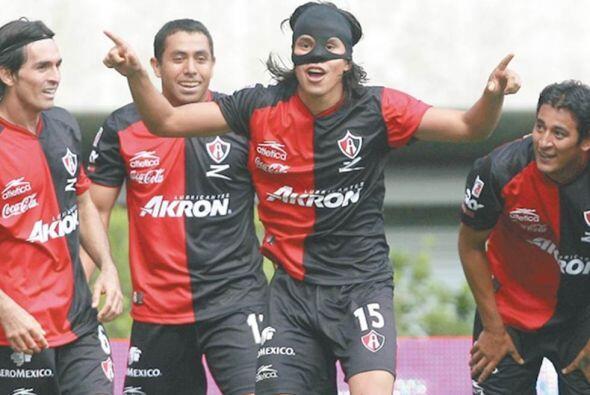Gerardo Flores utilizó un antifaz del zorro cuando el futbolista mexican...