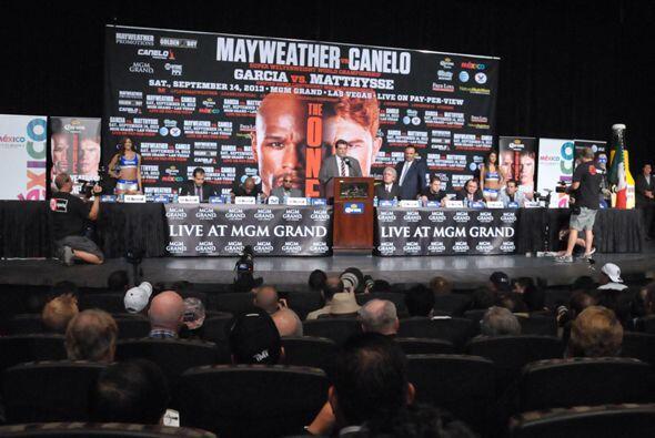 Ante la enorme asistencia de gente de los medios la conferencia se reali...
