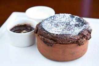 Soufflé de chocolate con fresas:     *   1 taza de azúcar     * 2 tazas...