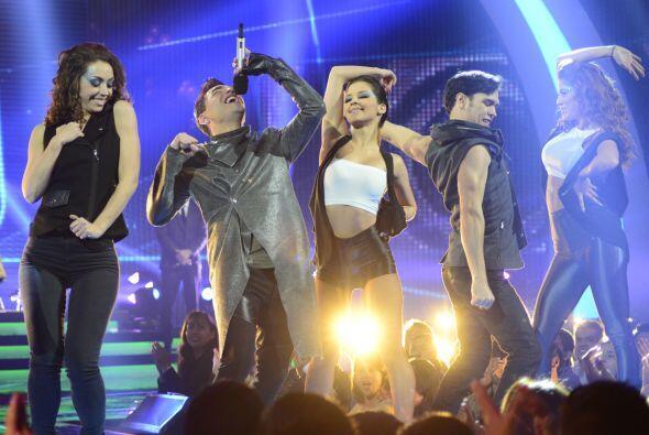 Rodeado del grupo de bailarines de Va Por Ti.