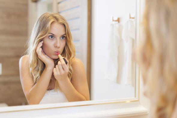 Humectación. Para nutrir tus labios, Soledad recomienda usar labiales co...