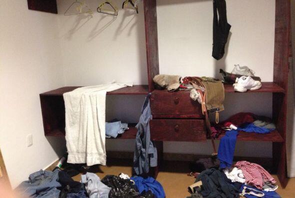 Esta habitación muestra el desorden que tal vez ocurrió de...